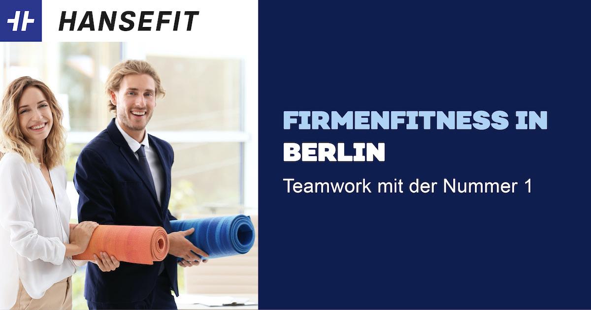 Firmenfitness in Berlin. Ein Mann und eine Frau in Business-Kleidung mit einer Yoga-Matte unter dem Arm. Beide lächeln.