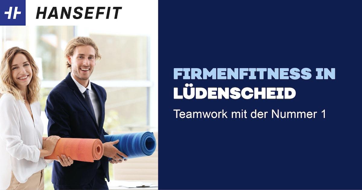 Firmenfitness in Lüdenscheid. Ein Mann und eine Frau in Business-Kleidung mit einer Yoga-Matte unter dem Arm. Beide lächeln.