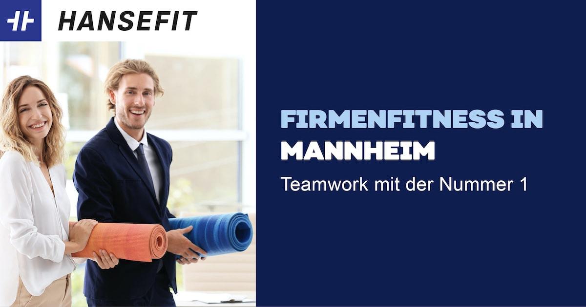 Firmenfitness in Mannheim. Ein Mann und eine Frau in Business-Kleidung mit einer Yoga-Matte unter dem Arm. Beide lächeln.