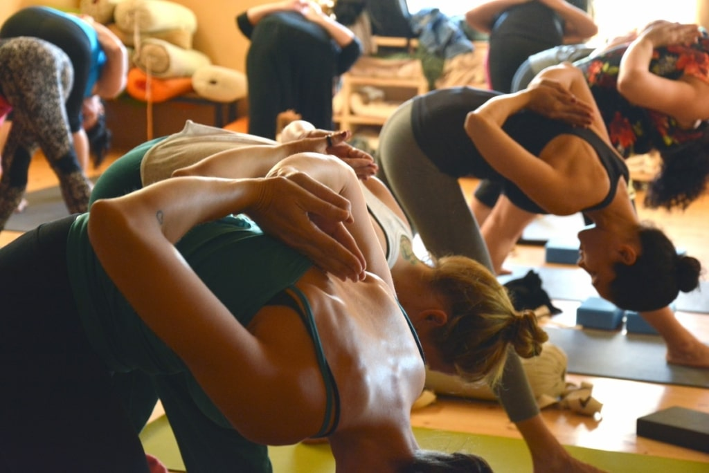 Yoga Gruppe viele Frauen