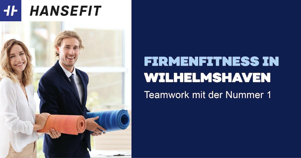 Firmenfitness in Wilhelmshaven. Ein Mann und eine Frau in Business-Kleidung mit einer Yoga-Matte unter dem Arm. Beide lächeln.