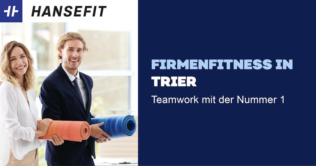 Firmenfitness in Trier. Ein Mann und eine Frau in Business-Kleidung mit einer Yoga-Matte unter dem Arm. Beide lächeln.